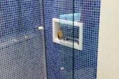 BOX DE CANTO COM UM LADO EM CIMA DA BANHEIRA FIXO COM KIT IDEIA GLASS FLEX (2)